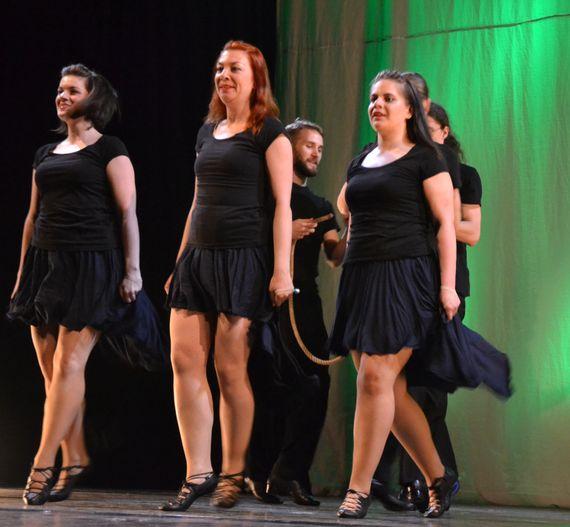 A protože stejná taneční skupina před pár lety na tomto pódiu i tábořila dd588b45d5